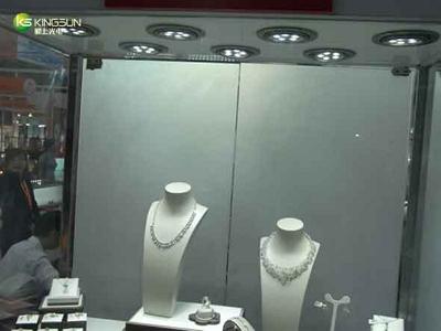 Освещенная светодиодными лампами витрина магазина